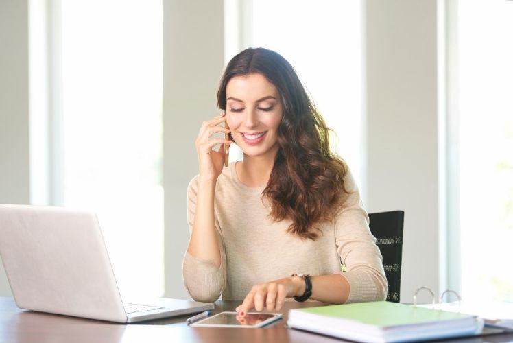 Mujer trabajando hablando en inglés,